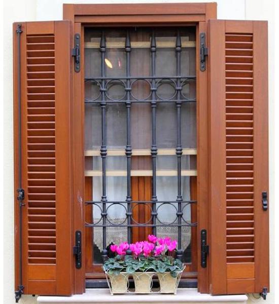 Finestre veneziane anche le finestre dormono a sera gli scuri vengono avvicinati per riparare e - Finestra con veneziana integrata ...